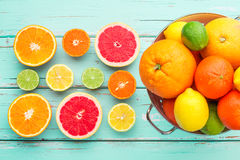 在减速火箭的滤锅的柑橘水果 图库摄影