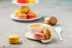 在减速火箭葡萄酒背景的甜和五颜六色的法国蛋白杏仁饼干 库存图片
