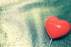 在减速火箭金的背景的红色心脏 免版税库存照片