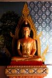在凝思态度的金黄菩萨雕象在清迈 免版税库存照片