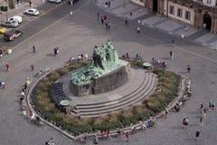 在凝视梅斯托广场布拉格欧洲的扬・胡斯雕塑 库存图片