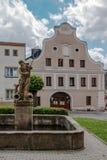 在凝视梅斯托的海王星喷泉在Jeseniky山 免版税库存照片