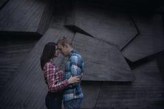在几何墙壁的年轻夫妇 免版税库存图片