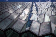 在几何窗口反映的天空 免版税库存照片