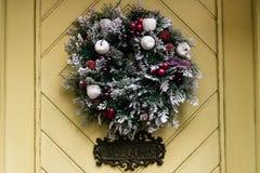 在几何门,庆祝d的时髦的惊人的圣诞节花圈 免版税库存图片