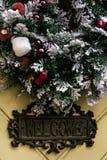 在几何门,庆祝d的时髦的惊人的圣诞节花圈 图库摄影