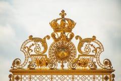 在凡尔赛宫殿入口的黄金双拱在巴黎, Fra 免版税图库摄影