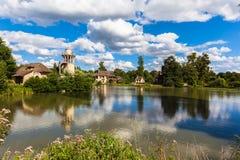 在凡尔赛宫殿附近的女王/王后的小村庄 免版税库存照片