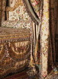 在凡尔赛宫的女王玛丽・安托瓦内特床 库存图片