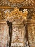在凡尔赛宫的女王玛丽・安托瓦内特床 库存照片