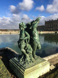 在凡尔赛,法国,宫殿地面的古铜色cherubim雕塑 免版税库存照片