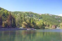 在凯悦地方杰尔穆克旅馆附近的湖Yotnabyur 绿色风景山和明白蓝天 的臂章 库存照片