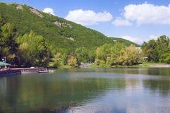 在凯悦地方杰尔穆克旅馆附近的湖Yotnabyur 绿色风景山和明白蓝天 的臂章 免版税图库摄影