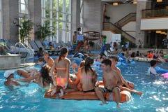 在凯悦摄政切塞皮克湾手段的游泳池边乐趣在剑桥,马里兰 库存图片