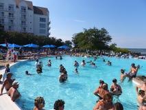 在凯悦摄政切塞皮克湾手段的游泳池边乐趣在剑桥,马里兰 免版税图库摄影