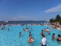在凯悦摄政切塞皮克湾手段的游泳池边乐趣在剑桥,马里兰 免版税库存图片