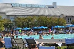 在凯悦摄政切塞皮克湾手段的游泳池边乐趣在剑桥,马里兰 库存照片