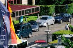 在凯悦旅馆入口旁边的德国人和凯悦旗子 免版税库存图片