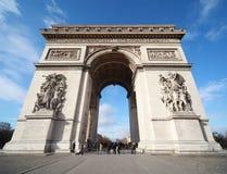 在凯旋式巴黎的人附近成拱形 库存照片