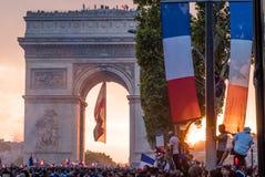 在凯旋门的日落在法国的胜利的以后巴黎2018年世界杯的 免版税库存图片