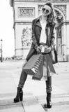 在凯旋门附近的愉快的少妇顾客在巴黎,法国 免版税库存照片