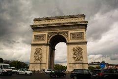 在凯旋门附近的汽车在巴黎,法国 库存图片
