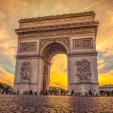 在凯旋门,巴黎的美好的日落 免版税库存照片