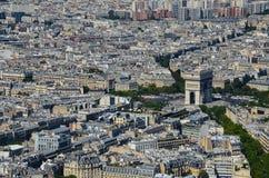 在凯旋门de l'Étoile的巴黎,法国视图在从埃菲尔铁塔的巴黎在好日子 图库摄影