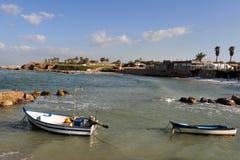 在凯瑟里雅古老端口的渔夫小船 免版税库存照片