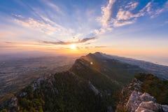 在凯里尼亚山脉的惊人的日落 免版税库存图片