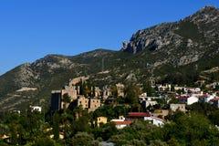 在凯里尼亚Girne,北赛普勒斯土耳其共和国附近的Bellapais修道院 免版税图库摄影