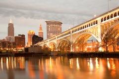 在凯霍加河和克利夫兰街市地平线的底特律优越桥梁  库存照片