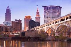 在凯霍加河的底特律优越桥梁和街市地平线在克利夫兰 库存图片