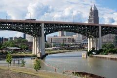 在凯霍加河的桥梁 库存照片