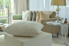 在凳子的米色枕头在现代内部生活范围 图库摄影