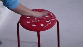 在凳子的胶浆 影视素材
