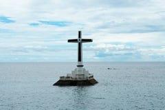 在凹下去的公墓的浮动十字架,菲律宾 免版税库存照片