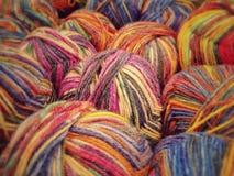 在出售的五颜六色的毛线在商店 免版税库存照片