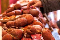 在出售的典型的西班牙香肠 库存照片