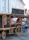 在出售香肠的CibinFest的老购物车 免版税库存照片