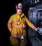 在出席者齿轮的消防队员画象 库存照片