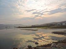 在出海口反射的日落在水中 免版税图库摄影