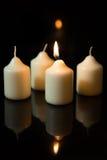 在出现的第一星期天,蜡烛有黑背景 免版税库存照片