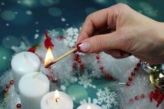 在出现的第三个出现星期天蜡烛缠绕 免版税库存图片