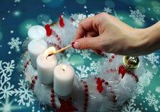 在出现的第二个出现星期天蜡烛缠绕 图库摄影