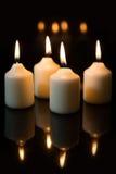 在出现的第四星期天,蜡烛有黑背景 库存图片
