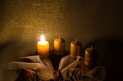 在出现花圈的蜡烛 免版税库存图片