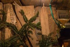 在出现xmas市场上的圣诞节装饰在历史城市 图库摄影