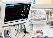 在出生重症监护病房的病人监护仪 库存图片
