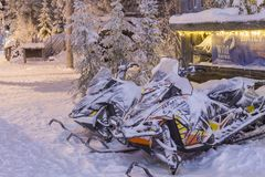 在出租办公室前面的雪上电车在罗瓦涅米村庄 免版税库存照片